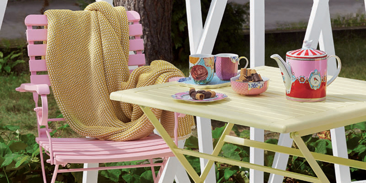 garden-furniture-in-pastel-colours