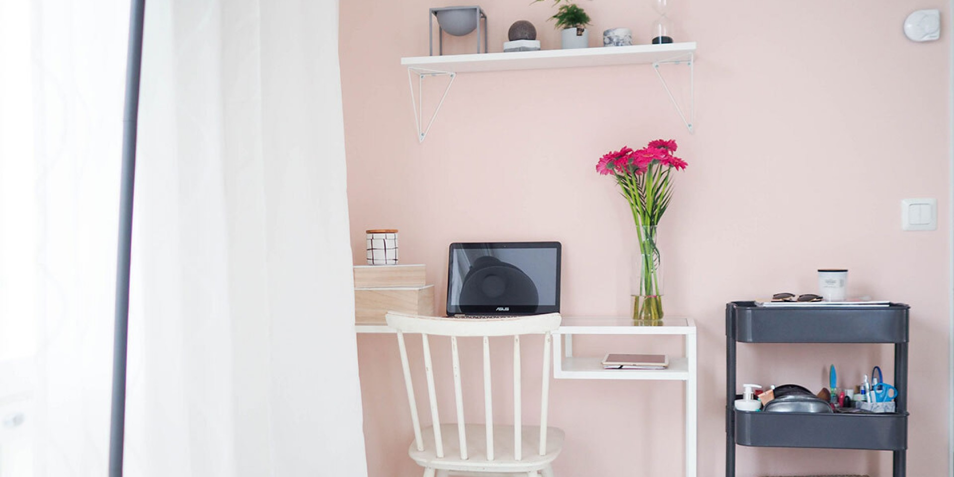 Ideas for the home office: cheer the room up with pink